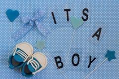 Det ` s en pojke! Behandla som ett barn meddelandet Nyfödd bakgrund Royaltyfri Fotografi