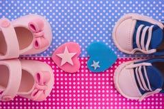 Det ` s en pojke och en flicka Kopplar samman baby showerinbjudan Arkivfoto