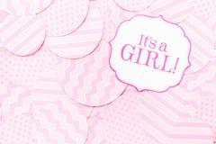 Det ` s ett flickatecken på baby showerpartiet Rosa färgen mönstrar bakgrund Baby showerberömbegrepp Royaltyfri Foto