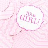 Det ` s ett flickatecken på baby showerpartiet Rosa färgen mönstrar bakgrund Baby showerberömbegrepp Arkivfoto