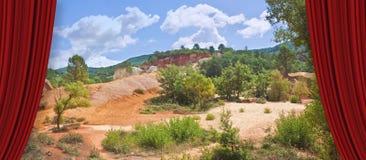 Det s?rskilda franska landskapet, i den provence regionen, kallade Colorado Provencal med dess gula och r?da jord Europa-Frankrik royaltyfria bilder