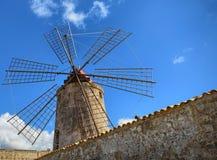 Det sagolikt saltar pannor av Trapani, de historiska väderkvarnarna Arkivbilder