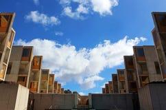 Det Salk institutet och den blåa himlen Arkivfoto