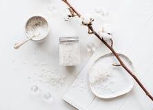 Det salta kosmetiska havet och bomull blommar på en vit bakgrund Royaltyfri Foto