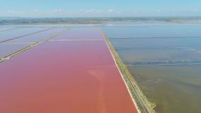 Det saltpan salthaltiga vattnet för sed för elasticitetsMargherita di Savoia Apulia City Sea kustlinje i Italien surrflyg stock video