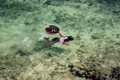 Det Sama-Bajau's barnet simmar på det kristallklara havet Arkivbild