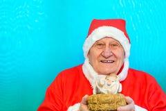 Det Santa Claus innehavet behandla som ett barn Jesus arkivbilder