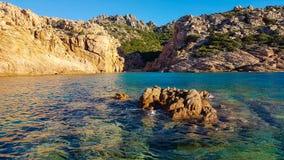 Det Sardinia havet med vaggar arkivfoton