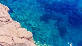 Det Sardinia havet med vaggar Arkivbild