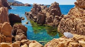 Det Sardinia havet med vaggar royaltyfri foto