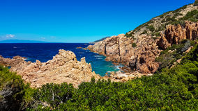 Det Sardinia havet och vaggar Arkivfoto