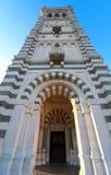 Det sceniska stenklockatornet av Notre Dame de la Garde Basilica, Marseille, Frankrike fotografering för bildbyråer