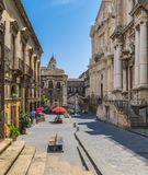 Det sceniskt via Crociferi i Catania på en solig sommardag, Sicilien, sydliga Italien arkivfoton