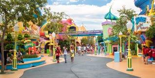Det Seuss landningområdet på öar för universella studior av affärsföretaget royaltyfri fotografi