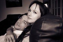 Det sexiga paret som rymmer sig som den öppna skjortan för man` s, avslöjer sixpackabs arkivfoto