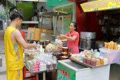 Det Shenzhen folket köper den kinesiska traditionella frukosten i stallen Royaltyfri Foto