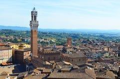 Det Siena landskapet med den offentliga slotten och mangiaen står högt Royaltyfri Bild