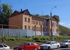 Det sjaskiga huset på den Vilonovskaya gatan som begär en renovering samara Royaltyfri Foto