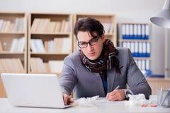 Det sjuka affärsmanlidandet från sjukdom i kontoret arkivbilder