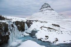Det skönhetKirkjufell berget med vatten faller på vintern, Island Royaltyfria Bilder
