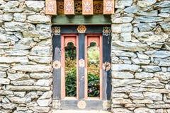 Det skogsbevuxna fönstret och vaggar väggen från Bhutan Royaltyfria Foton