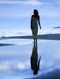 det slanka härliga nästa havet tar för att gå kvinnan Royaltyfria Bilder