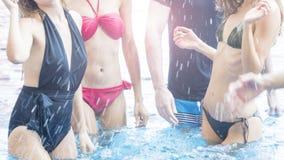 Det slanka kvinnafolket i näckt dansparti för bästa bikini i simning bajsar Royaltyfria Foton