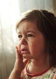 Det små barnet gråter royaltyfria bilder