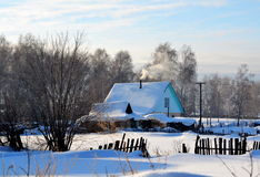 Litet hus i byn Royaltyfria Foton