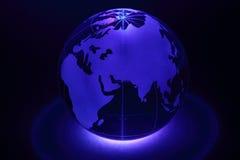 Det små jordklotet exponeras av lampa underifrån Fotografering för Bildbyråer