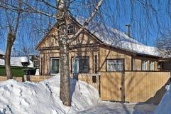 Trähus och snowdrifts Royaltyfri Foto