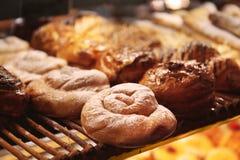 Det smakliga bagerit på hylla shoppar in arkivbilder