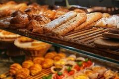 Det smakliga bagerit på hylla shoppar in arkivfoton