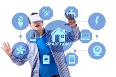 Det smarta hem- begreppet med apparater och anordningar royaltyfri bild