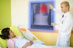 Det smarta medicinska teknologibegreppet, doktor förklarar datan omkring royaltyfri bild