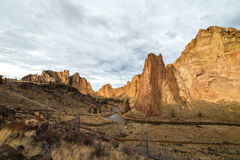 Det Smith Rock ökenlandskapet med vaggar bildande Royaltyfri Bild