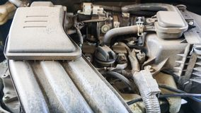 Det smutsiga dammet inom bilmaskinen arkivbild