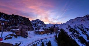 Det snöig landskapet av Avoriaz skidar semesterorten i Frankrike på en solig dag arkivbilder