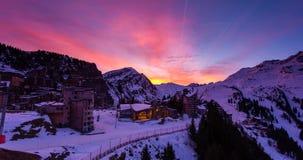 Det snöig landskapet av Avoriaz skidar semesterorten i Frankrike på en solig dag royaltyfri fotografi