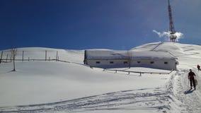 Det snöig landskapet och skidar bergsbestigningar Royaltyfria Bilder