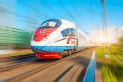 Det snabba drevet Sapsan rider på ruttMoskva-Sten Petersburg 12 juli 2018 arkivfoto