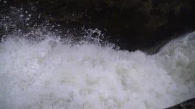 Det snabba flödet av vatten i den konkreta kanalen arkivfilmer