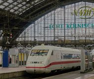 Det snabba Intercity drevet sitter i berömd Cologne drevstation royaltyfri bild
