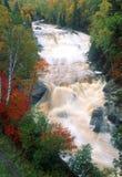 Det snabba vattnet av en norr kustflod royaltyfri fotografi