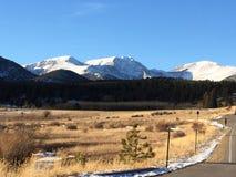 Det Snow capped berg nå en höjdpunkt Royaltyfri Bild