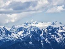 Det Snow capped berg nå en höjdpunkt Arkivfoton