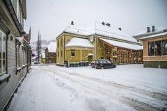 Det snows halden in staden Arkivbild