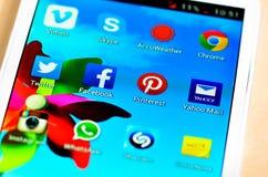 Det sociala massmedia tenderar och både affären, som konsumenten använder den för information som delar och knyter kontakt Royaltyfria Bilder