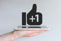 Det sociala nätverket tummar upp symbol med plus tecknet Begrepp av mobil beräkning och socialt massmedia Royaltyfri Bild