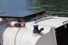 Det sol- batteriet för utvecklingen av den elektriska strömmen under påverkan av solljus monterade på däcket av en liten seglingy Royaltyfria Bilder